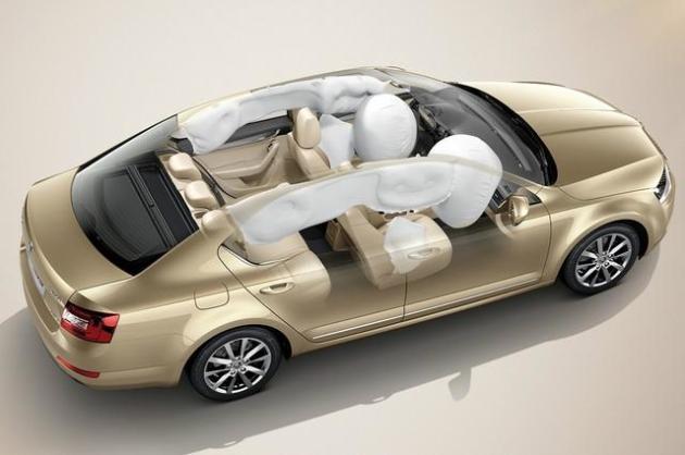 英朗 随着竞争愈加激烈,更多的安全配置逐渐成为厂商对车型的宣传噱头,搞个什么全系标配并不是不可能。ESP车身稳定控制系统以前只会出现在B级车及以上,现在很自然的下探至A级车,四款车当中有三款均做配置,在此对日系车提出一点诚恳建议,不要把成本看得太重,对消费者用心才能得以更多回馈。安全配置的齐全度上朗逸真心值得赞,明锐和英朗的侧气囊配备就那么难吗? 内部配置 皮质方向盘手感方面甩出塑料方向盘几条大街,而且塑料方向盘对手心容易出汗的朋友更是噩梦,虽然你可以在某宝上面买到各类爆款皮套,但那毕竟会的增大方向盘粗