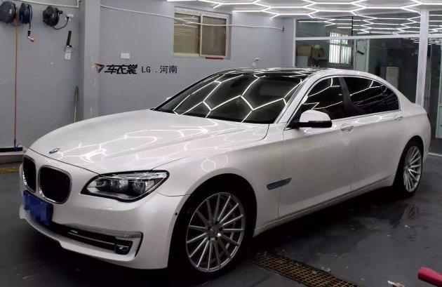 秀设计卖品质 宝马7系珍珠白车身改色图片