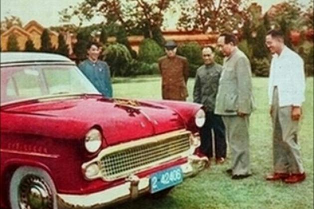 """主席现场视察新中国第一辆自主生产的轿车,当时还叫""""东风""""-红旗"""