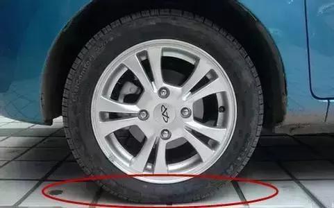 很多人以为汽车的轮胎跟摩托车的轮胎是一样的,没气的时候看上去会扁图片