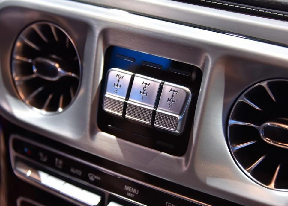 内饰方面,采用了奔驰最新的家族设计语言,在奔驰S级和E级车上出现的许多设计元素此次也都出现在G级车内,这样一来令整体的豪华感明显提升,而家族式连屏设计的屏幕更是显得科技感十足。经典的三把锁按键则放在了中央空调出风口的显眼位置。