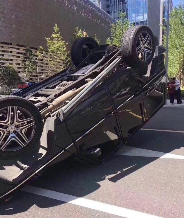 荣威轿车把越野车撞得底朝天看到车标后网友:够吹一辈子了_北京p