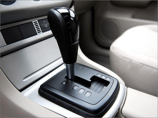 起步要温和 现在的生活、工作节奏快,大部分车友早上开车的时候,都喜欢启动车后踩油门就走,其实这个时候,因为是冷车(特别是在冬季),水温等都还不正常,因此这样开车会特别费油。最好的方法,是启动之后,先预热1到2分钟左右(时间长了也不好),再利用自动挡车的怠速(手动挡是不行的),让车子慢慢动起来,然后慢慢加油,等水温正常了,再正常行驶。 要学会判断红绿灯的变化 在市区行驶,难免碰上红绿灯。这个时候,要提前判断车能不能顺利通过很要紧。如果认为不能通过,那么就早些松掉油门,以控制车速,避免急刹车。这样的提前判断