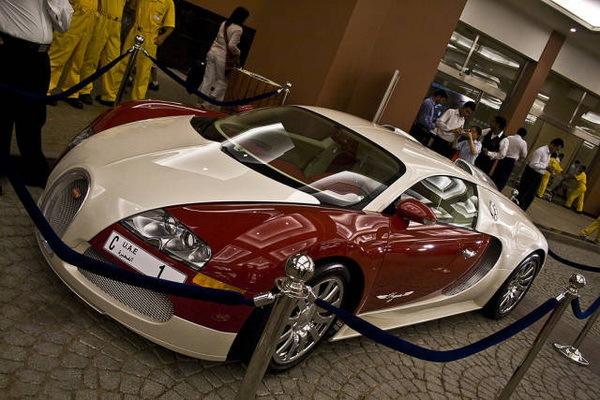 这辆布加迪威龙 号称全球最贵的布加迪威龙,经常出现在迪拜帆船酒店.