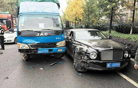 货车先撞尼桑 为避大众却又撞600万宾利高清图片