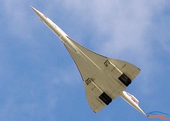 具体是,将飞机的两翼变成巨大的电池,翼的铝蒙皮是电池组两极,两面分别是电池的阴极与阳极,将用于收集电流,驱动电机,夹在中间的是电解质。 但是Workman又说,机翼太小存储的电池功率有限将无法驱动飞机,这就是为什么超音速飞机才有可能回归。所以,机翼越大,存储的电池容量也越大,理论上,飞机的续航里程与飞机尺寸有一定的比例关系。 虽然Workman提出了超音速电动飞机的理论支持,考虑到当前电池技术是个国际大难题,飞机制造商是否试制量产依然是个疑问。 好消息是,本月初,联合国航空机构批准了在国际航空上限制碳排
