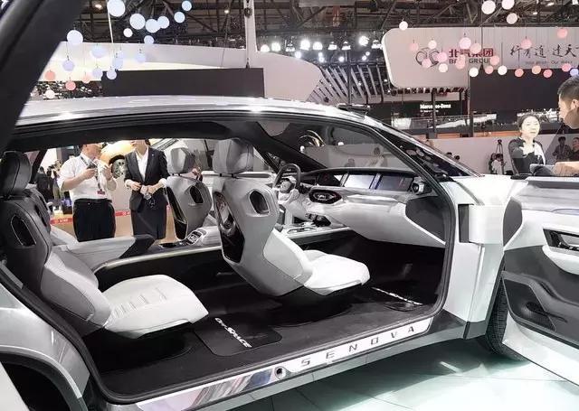 长条形LED光源看着超级有科技感,还有贯穿LOGO标志布满整个大前脸。车 对开式车门设计的很霸气很有未来范,侧面的腰线很有力量感,非常流畅,飘逸,运动气息很强。五辐式的轮毂造型十分炫酷,车子不管怎么看都是一款很高颜值的运动跨界车。