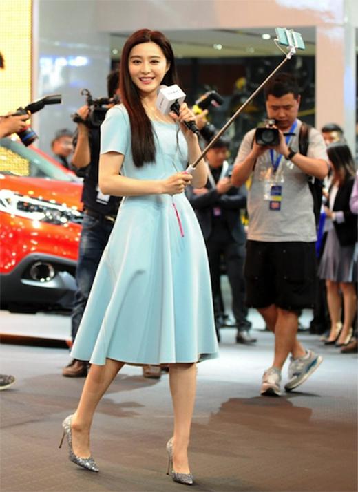 睛、精、金:美女网红直播广州车展 -  - 极速汽车