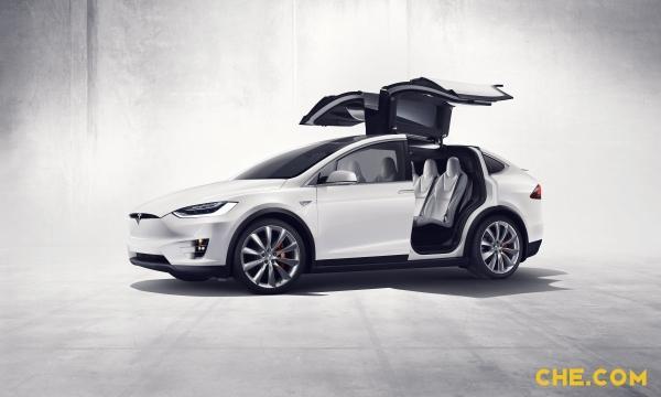 在选择疯狂模式(一般其他车辆都是Sport模式或者Sport+模式)时,Model X的0-100Km/h时间仅为3.4秒,已经达到超跑级别了。不过,酷炫狂拽吊炸天的猎鹰门,可能是让你的孩子爱不释手的大玩具,也可能并不完全是件好事。一整块玻璃的全景天窗也是世界首创哇。(来源:车城网) 5.