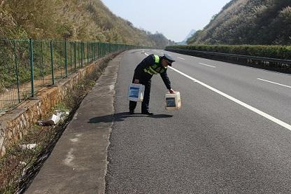 ...上障碍物引起漏油要赔偿公路污染被罚,保险公司赔偿吗?