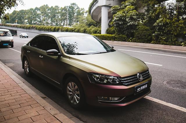 大众帕萨特车身改色贴膜亚面珠光紫变金