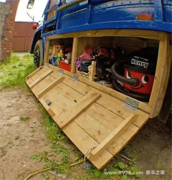 卡车并不只是用来拉砖,国外夫妇改装旧货车变房车图片