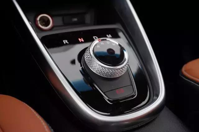 置于n挡位置踩刹车才能点火在其他挡位熄火后再想点火仪表会提示你
