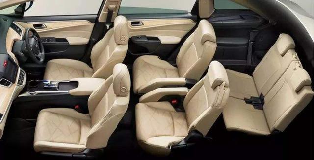 昨天别克推出了几款新车,最亮眼的是别克GL6,这是一款小GL8MPV,采用的是2+2+2的6座布局,定价在14.49万-16.69万。与别克GL8定位在商务市场不同的是,别克GL6对准的是家用车消费群体。  此前,家用MPV领域做的最好的只有大众途安L,本田杰德、丰田逸致一直没打开家用MPV领域的市场,而且这几款家用MPV都是5座。同样是为二胎家庭和消费升级而造,这次6座别克GL6以低价出现在MPV市场,大众途安L恐怕要危险了。 不少车主说,希望别克GL6能大卖,这样就能倒逼途安L降价,然后去买途安L,