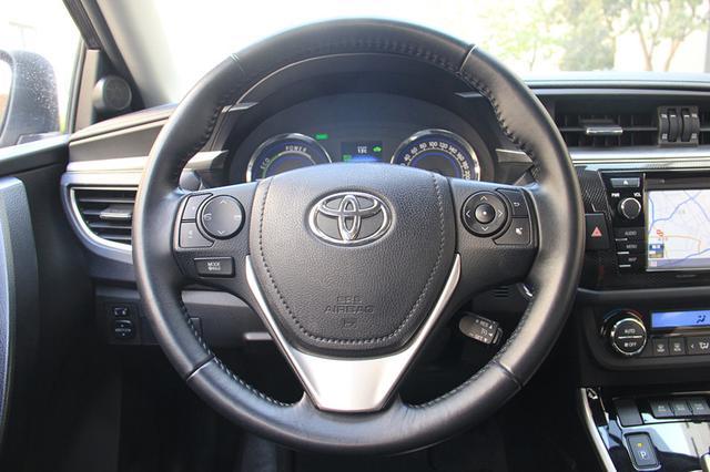 多功能的方向盘采用三幅式结构,集成了蓝牙,音量控制,设置按键选择