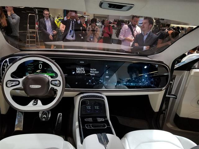 坐进车里,眼前就是一块大屏幕,这车比特斯拉炫多了