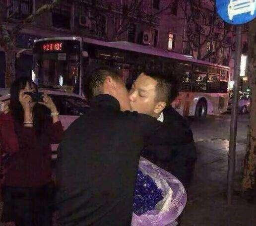一位帅哥开着辆宝马和他男朋友求婚
