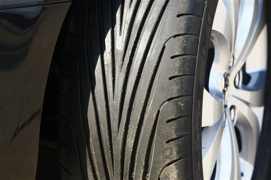 缺点:非对称花纹轮胎的静音性与对称花纹轮胎相比要差一些,但是总体