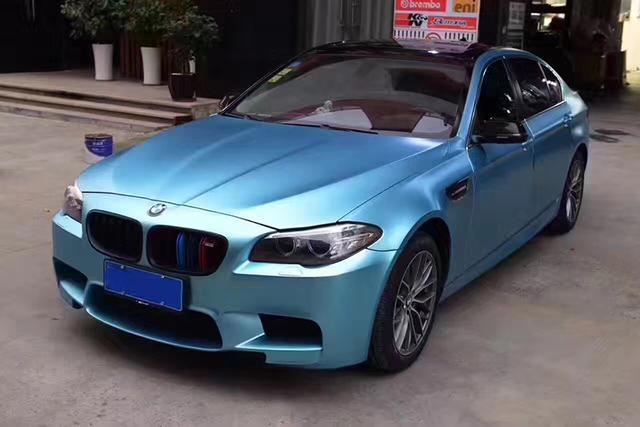 宝马5系汽车车身改色电光湖水蓝贴膜效果图 细腻圆润