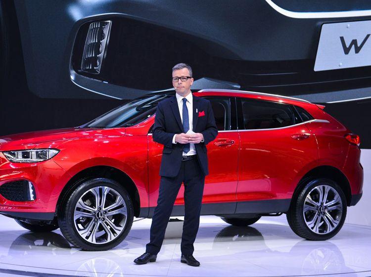而如今的这款颜值备受吐槽的新款红标版哈弗Coupe,其实整体的轮廓和设计理念依然是皮埃尔一手打造的哈弗设计思路。但细节处处理的失真与夸张,让新款红标版哈弗Coup瞬间成了一个巨难看的新车。 其实作为国内销量首屈一指的SUV品牌,哈弗一直都被人诟病只会换壳。凭借哈弗H6这款经典车的优势,不仅推出的VV5被不少人认为是哈弗H6的换壳车,就连新近推出的低端SUV哈弗M6就更是实打实的换壳版上代哈弗H6。