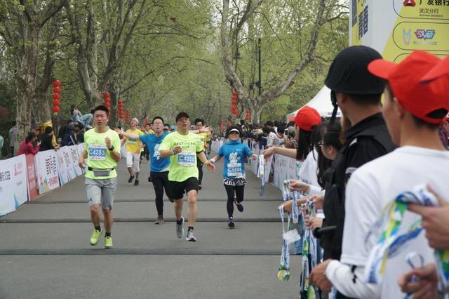 东风风神助力2018东湖绿道(武汉)大学生马拉松热力开跑