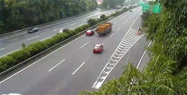 为什么老司机在高速上开车,都喜欢走中间车道呢?