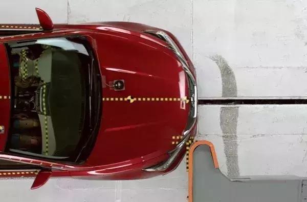 """副驾侧25%小面积碰撞成""""必考题"""",这两款全优车型国内能买到"""