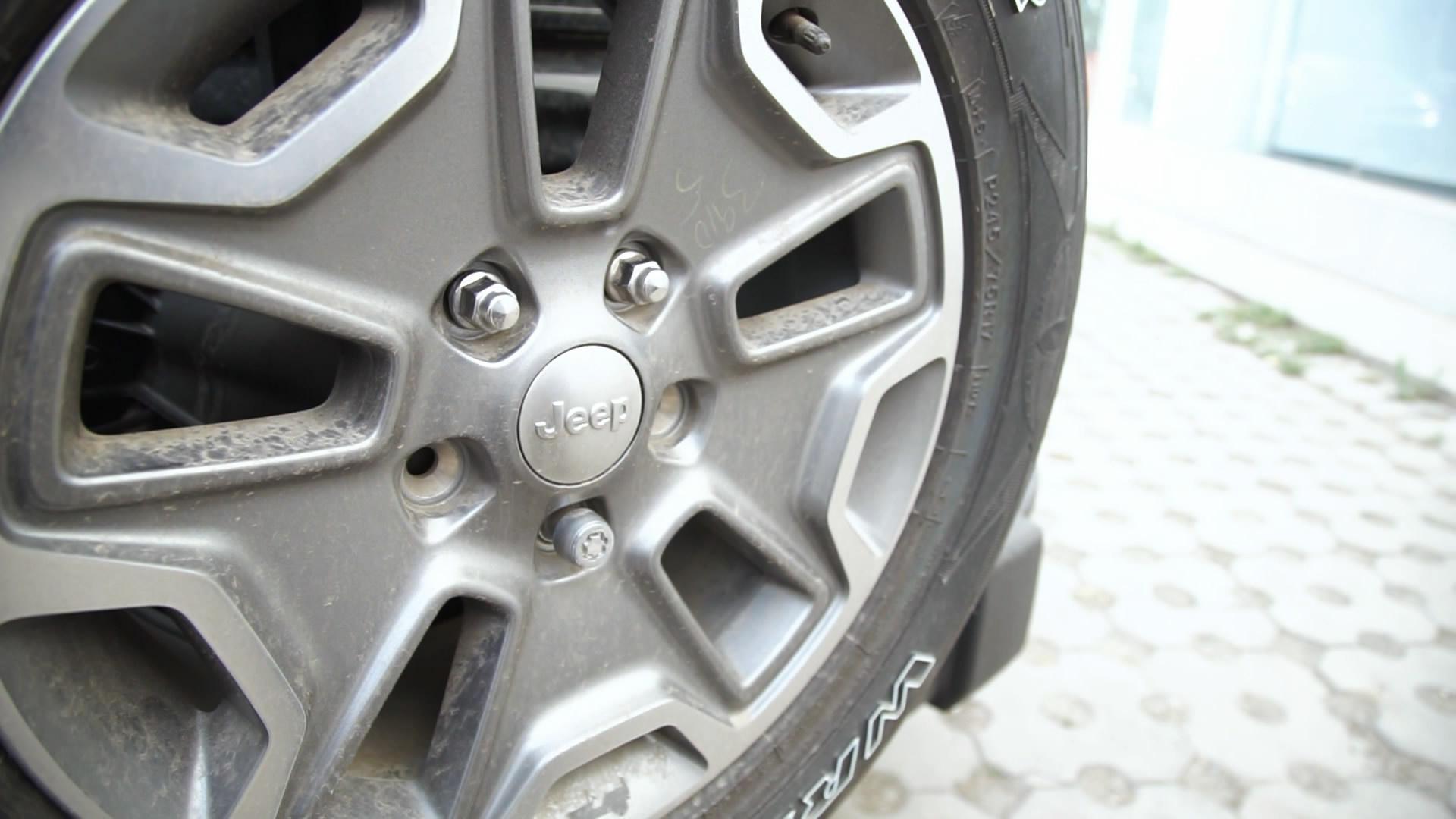 Jeep牧马人源自威利斯吉普车的经典车头造型被沿用至今,让牧马人拥有很高的辨识度,成为车型精髓的一部分,而剩下的,或许只有当你开着它翻山越岭时才能充分体会。 对于一个资深的越野玩家来说,DIY更换轮胎是基本技能。Jeep不仅配有外挂式备胎,还有防盗螺栓,有效防止轮胎被盗,快来看看如何使用吧!  Jeep牧马人的尾门与后车窗可以实现独立开启,车辆的工具箱位于后备箱内。  工具位于后备箱隔板内,旋转软性拉环即可打开。工具储物槽内可以放螺丝和工具等物品。  将隔板拆卸下来后,可以取出里面的千斤顶和轮胎扳手。