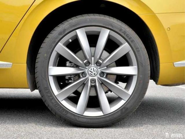 从去年3月份大众Arteon全球首发开始,大家就对国产全新CC非常期待。毕竟30万以下,拥有无框车门、掀背尾门的四门轿跑车型,除了大众CC外,也没啥别的选择了。 一汽-大众正式宣布全新CC将在8月28号上市,先期车型搭载2.0T高、低功率发动机,最大功率分别为220马力和186马力,匹配7速湿式双离合变速箱。  不愧是最美德系轿车,这颜值一上市肯定火。  好饭不怕晚,新一代CC虽然来得迟,但变化大。前脸全新设计,不再是老款CC的迈腾风格。双L型勾勒出的日间行车灯与中网融为一体,底部带有贯穿式的镀铬装饰条