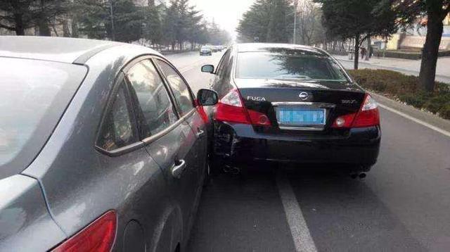 转向灯的作用,就是在变道或者转弯的时候提醒后车注意,避免发生碰撞。但有些司机就时常忘记打转向灯,甚至有些司机是懒得打转向灯。其实这是非常危险且容易引发交通事故的行为,假如后车速度很快而你突然变道,有可能导致后车来不及反应从而发生碰撞。所以变道或转弯是一定要打转向灯的,不要把它当成摆设。 起步稳不稳