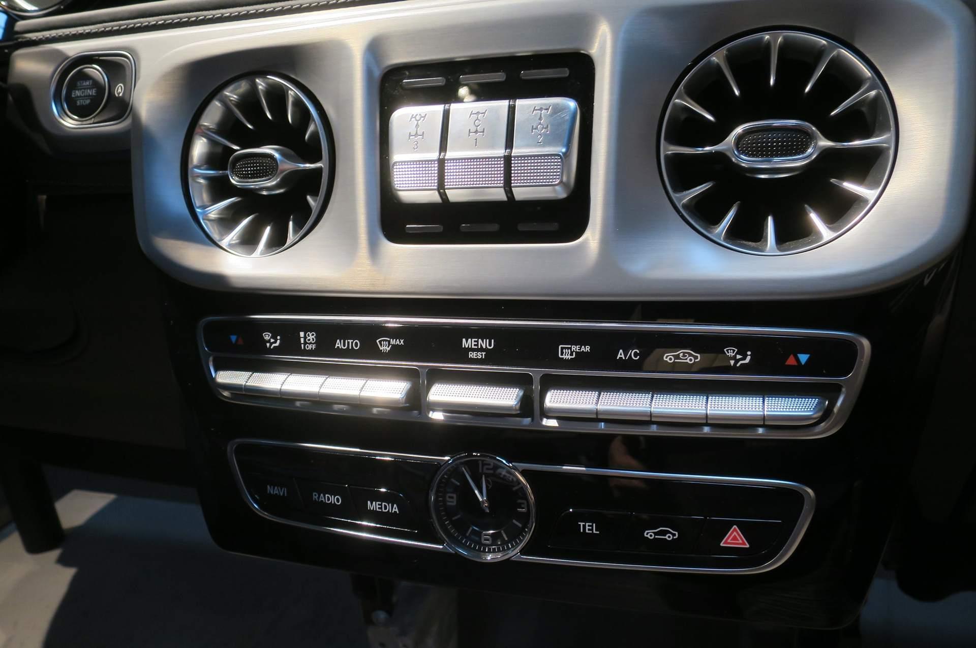 而LX570的内饰同样得到了全新的设计,引导雷克萨斯家族式风格,整体设计上以突出豪华感为主,中控台中央横向贯穿的实木饰板显得很有质感。新车的中控台非常宽大,中控台上方的液晶显示屏更是达到了12.3英寸,并集成了Remote Touch车载多媒体系统,该系统的控制按钮和触摸板和按键位于排挡杆右侧。