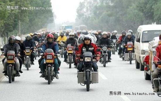只为省钱 广东数十万农民工骑摩托车返乡