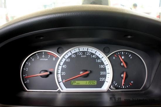油表显示为一格半,里程为11990公里.