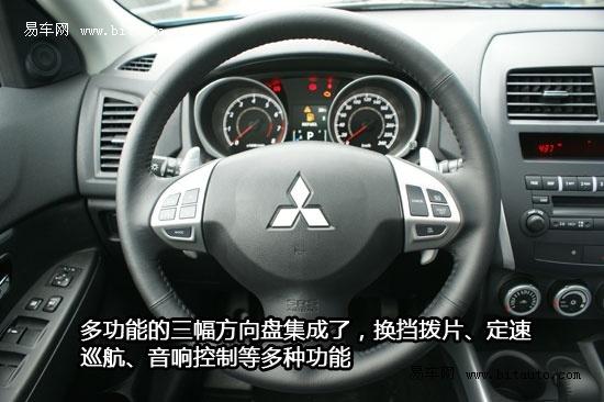 """刹车灯,在白天依然能保证很好的清晰度。从侧面来看,劲炫相比欧蓝德EX而言显得更为紧凑,线条更为柔和。特别是车尾部的处理,没有了欧蓝德EX的硬朗之感,过度更为平缓。高挑的腰线由粗而细,强调了车身向前的动力感。   翼子板设计是三菱ASX劲炫的一大特点,它并非采用传统的钢材质,取而代之的是软性的合成树脂,此设计的初衷在于,发生交通意外是可以减少对行人的伤害。不过对于习惯性认为""""车子皮厚就安全""""的消费者来说,塑料翼子板可能会有点令人难以接受。实际上决定车辆安全性的是车辆的""""骨"""