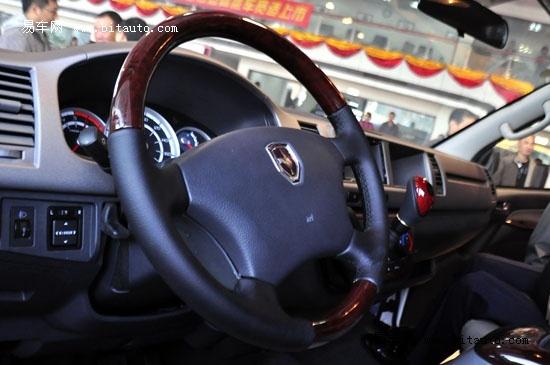 """据华晨汽车相关负责人介绍,定位为""""新概念商旅车""""的金杯大海狮,是金杯全新H2平台下的首款产品。与传统商旅车型相比,它实现了外观、空间、安全、内饰、技术五大方面全面升级。它的推出,不仅仅代表着金杯新平台H2的首款车型问世,填补了轻客细分市场商旅车的空白,更意味着金杯品牌跃升到了又一新的发展阶段,对丰富金杯产品线、进一步支撑金杯品牌建设具有实质性战略意义。  金杯大海狮亮相  金杯大海狮内饰 值得一提的是,金杯品牌实现的又一次跨越,与华晨""""十一五""""以来不断深化&quot"""