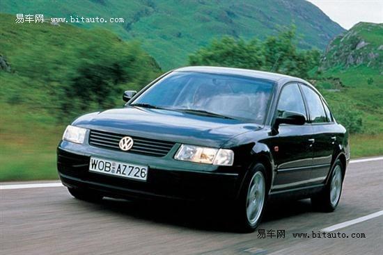 第六代大眾B級車:科技創新的領先車型 2005年3月,Passat B6在歐洲上市,外觀變化最大的是采用了大眾最新家族大嘴式臉譜。Passat B6是基于大眾PQ46平臺的產品,它擁有更長的軸距和更大的車身,尺寸分別為:4765mmX1820mmXl472mm,軸距為2709mm,車重達到了1343-1747kg。  更多的高科技配置出現在了這一代Passat B6車上,包括原廠智能防盜系統、胎壓監測、主動式雷達定速巡航系統、隨動轉向HID頭燈、后LED尾燈、全輪驅動、電子駐車、帶DVD的導航系統、藍牙、