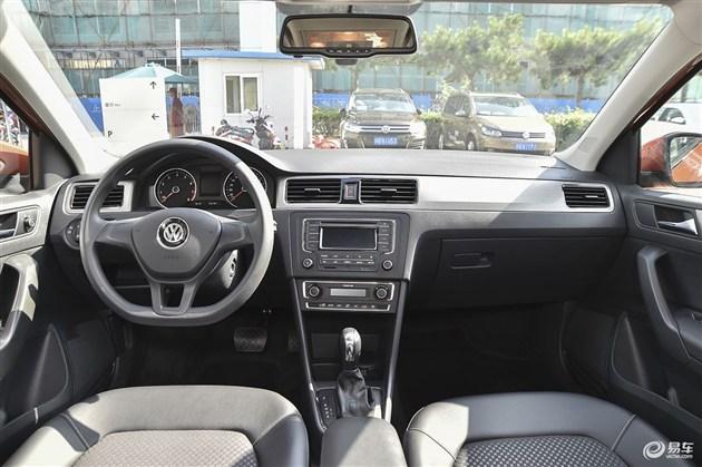 为了公平起见,我们选择了两款售价相近的车型。分别为桑塔纳浩纳 1.6L 自动豪华型以及竞瑞豪华版。两车的官方指导价仅相差1000元。在配置方面,两车可谓不相上下。桑塔纳浩纳配备了胎压监测、定速巡航、自动头灯、转向辅助灯、隔热玻璃以及外后视镜加热功能,并可选装前排座椅加热和中控台彩色大屏。而竞瑞则配备了无钥匙进入/启动、上坡辅助、前驻车雷达、倒车视频影像、中控台彩色大屏、后排出风口等配置。桑塔纳浩纳在配置上更实用些,而竞瑞在配置上更受年轻消费者的喜爱。 空间相差不多    在乘坐空间上桑塔纳浩纳与竞瑞