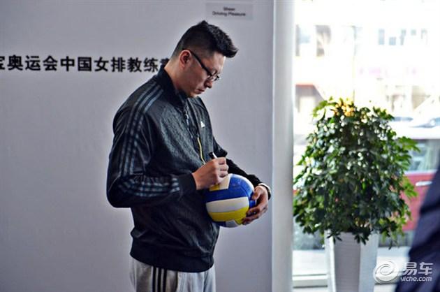 大连星之宝中国女排教练袁灵犀交车仪式