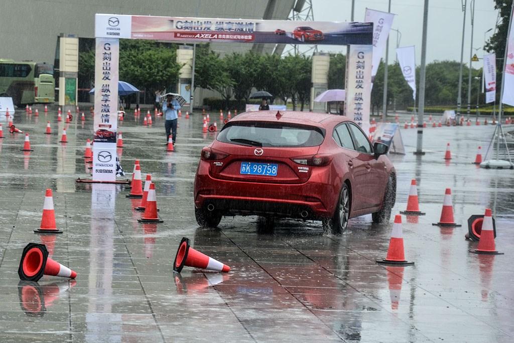 意外的双极限挑战 新款昂克赛拉暴雨中炫技