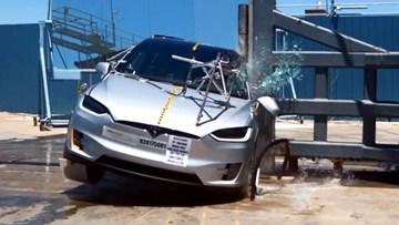 特斯拉Model X侧杆碰撞测试