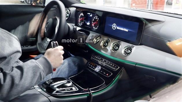 此前,我们还曾曝光过该车的内饰谍照,新车在内饰方面与刚刚上市的全新E级Coupe非常相似,类似飞机涡扇发动机的空调出风口辨识度很高。