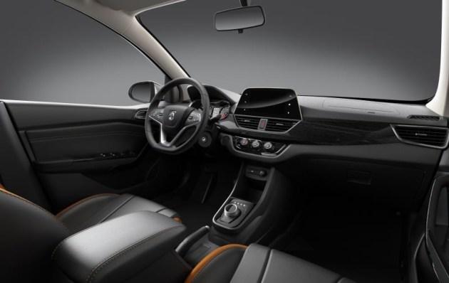 内饰方面,宝骏310 iAMT版仍将采用黑色+橙色的主色调,主打年轻、运动路线。新车内饰最大的不同在于采用了旋钮式电子换挡,此外方向盘后方还配有换挡拨片,营造了运动气息。