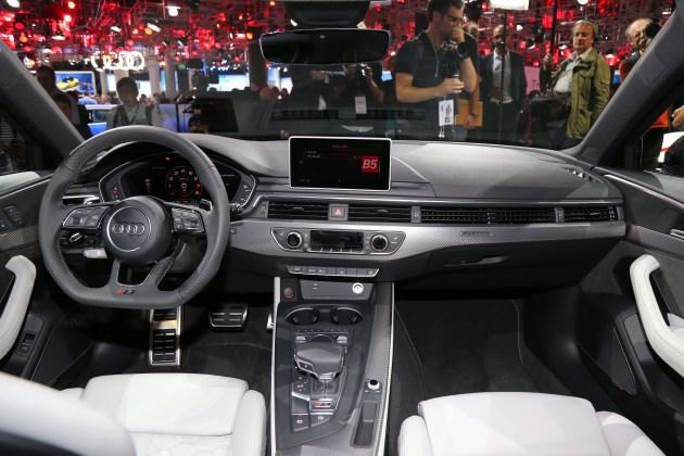 内饰方面,新车的整体造型与A4 Avant保持高度一致,并在细节方面加入更多RS的专属logo和标识。