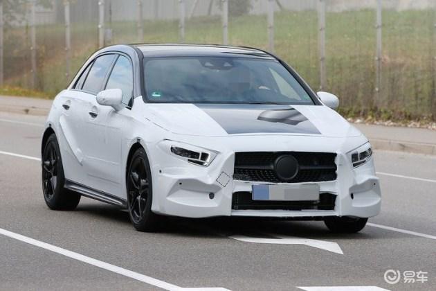 全新梅赛德斯-AMG A40的伪装可清晰看出,新车前大灯组的尺寸有所减小,中网则采用家族最新的满天星钻石的前格栅,使得新车前脸更具攻击性。