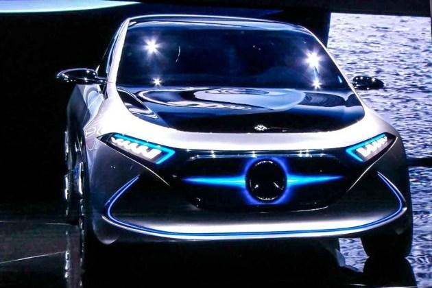 据悉梅赛德斯奔驰的设计师首次采用了激光纤维材料来制作车灯,所以前大灯内部结构有着自身独特的风格,LED灯带极具辨识度。