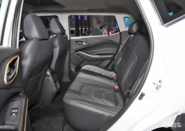 由于动力电池设置在后排座垫下方车底位置,因此并没有对乘坐空间形成