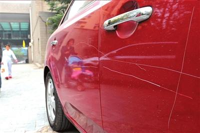 小区近10辆新车被划伤物业不负责培偿