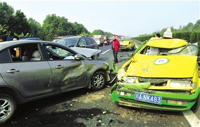 大雾袭成都造成137辆车追连环尾9人受伤