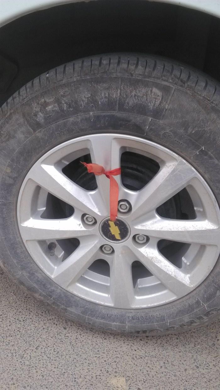 天线,太长了   尺寸很小,有条件的可以换大点的   赛欧的轮胎