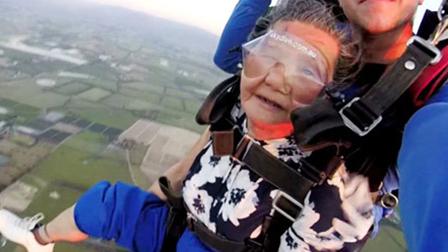 跳伞奶奶自述传奇人生 任性疯玩刺激游戏